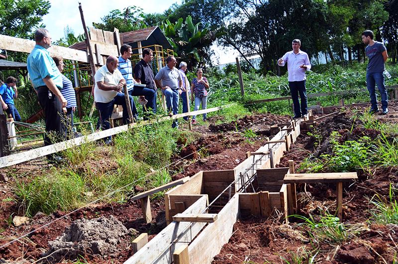 Uma das obras visitadas foi a construção de quadra esportiva coberta na Escola Yrajá Luiz Barros de Moraes. (Foto: Juliano Beppler da Silva / Giro do Vale)