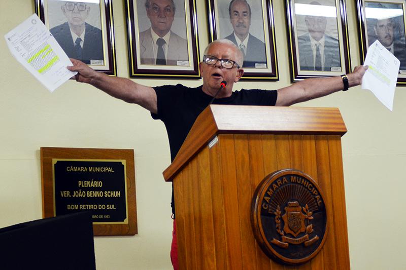 José Moisés da Rosa apresentou documentação dos processos envolvendo ele e o colega que estão no centro de confusão ocorrida no fim de 2014. (Foto: Juliano Beppler da Silva / Divulgação)