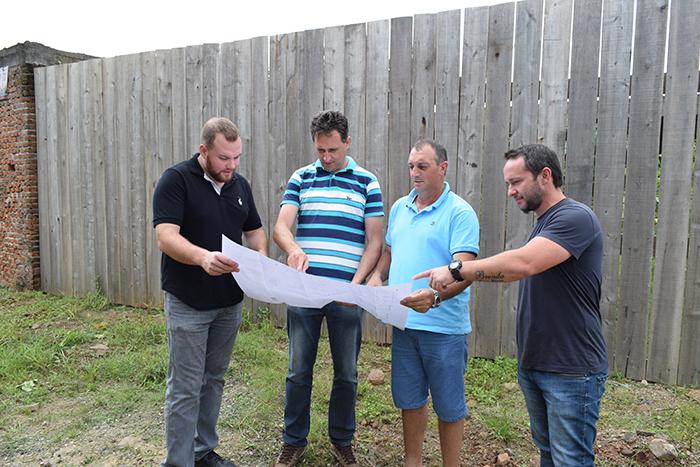 Vereadores e engenheiro analisam detalhes do projeto. (Foto: Joice Gregorius / Divulgação)