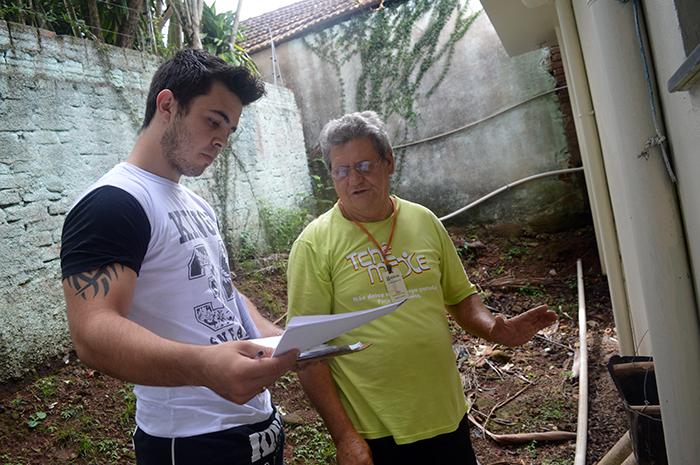 O vigilante ambiental da 16ª CRS passou o treinamento ao responsável pelo controle de epidemias no Município, Yuri Silva. (Foto: Lautenir Azevedo Junior / Divulgação)