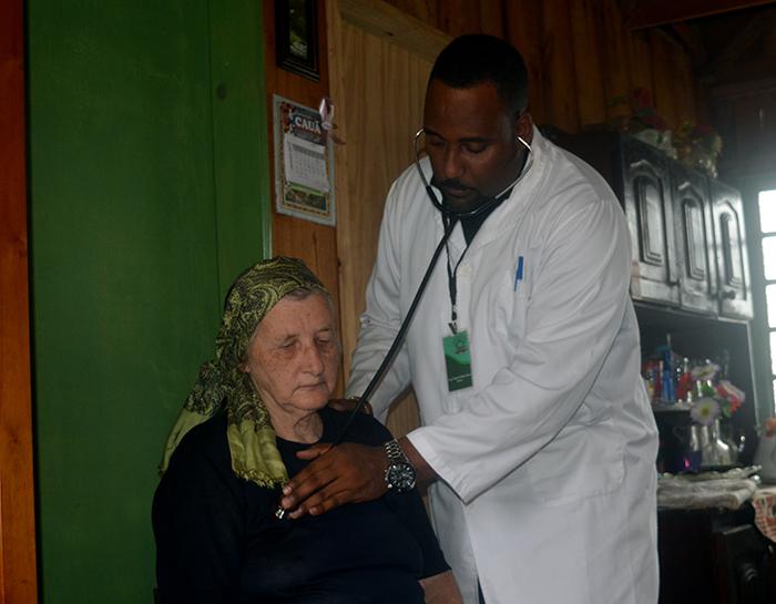 Dona Nady se diz feliz com o atendimento domiciliar de doutor Jorge. (Foto: Lautenir Azevedo Junior / Divulgação)