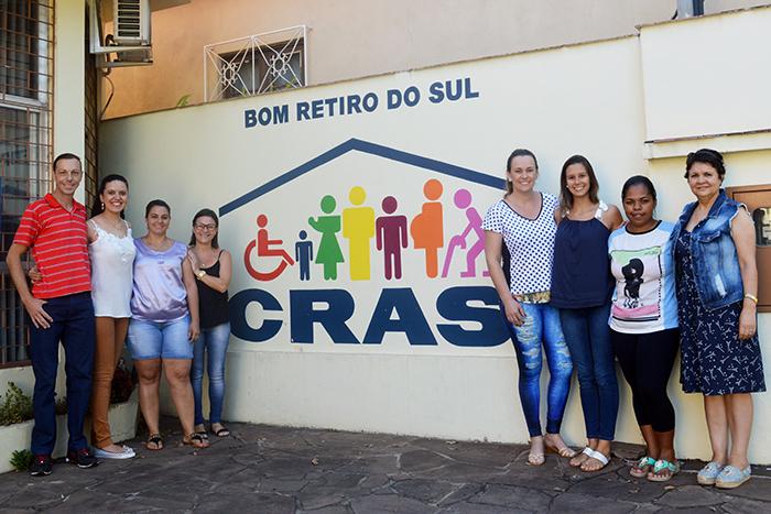 Equipe do CRAS junto da primeira e segunda dama. (Foto: Lautenir Azevedo Junior / Divulgação)