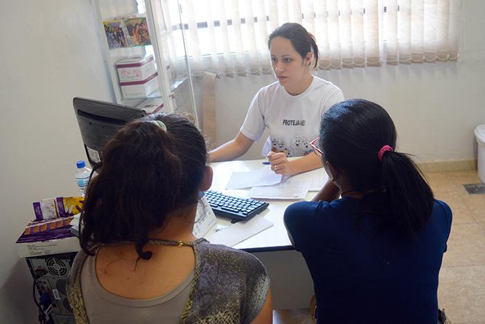 A adolescente de 15 anos junto da monitora do Giseda em sua primeira consulta de pré-câncer. (Foto: Lautenir Azevedo Junior / Divulgação)