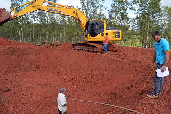 Enquanto empresa terceirizada prestava os serviços, a equipe da Agricultura auxiliava o investidor na medição da esterqueira. (Foto: Lautenir Azevedo Junior / Divulgação)