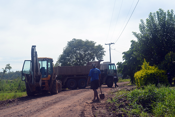 Equipe da Secretaria de Obras fez trabalho nas estradas, incluindo recolhimento de entulho. (Foto: Lautenir Azevedo Junior / Divulgação)