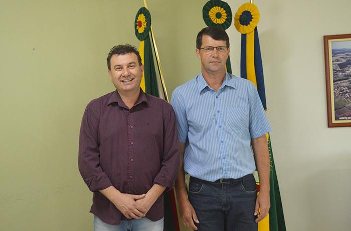 Prefeito Edmilson Busatto (e) ao lado do novo secretário Valmor Sehn. (Foto: Lautenir Azevedo Junior / Divulgação)
