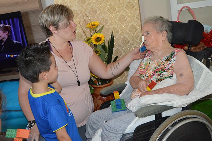 Educadora Camila, trabalhando o encontro entre as duas gerações. (Foto: Lautenir Azevedo Junior / Divulgação)