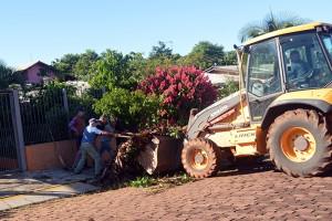 A equipe de recolhimento da Secretaria de Obras segue com os trabalhos. (Foto: Lautenir Azevedo Junior / Divulgação)