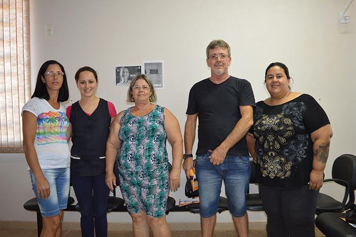 Na foto, a paciente Alminda (e), a enfermeira Ana Paula, pacientes Ana e José Elmar e a coordenadora da ESF Diomara Padilha (d). (Foto: Lautenir Azevedo Junior / Divulgação)