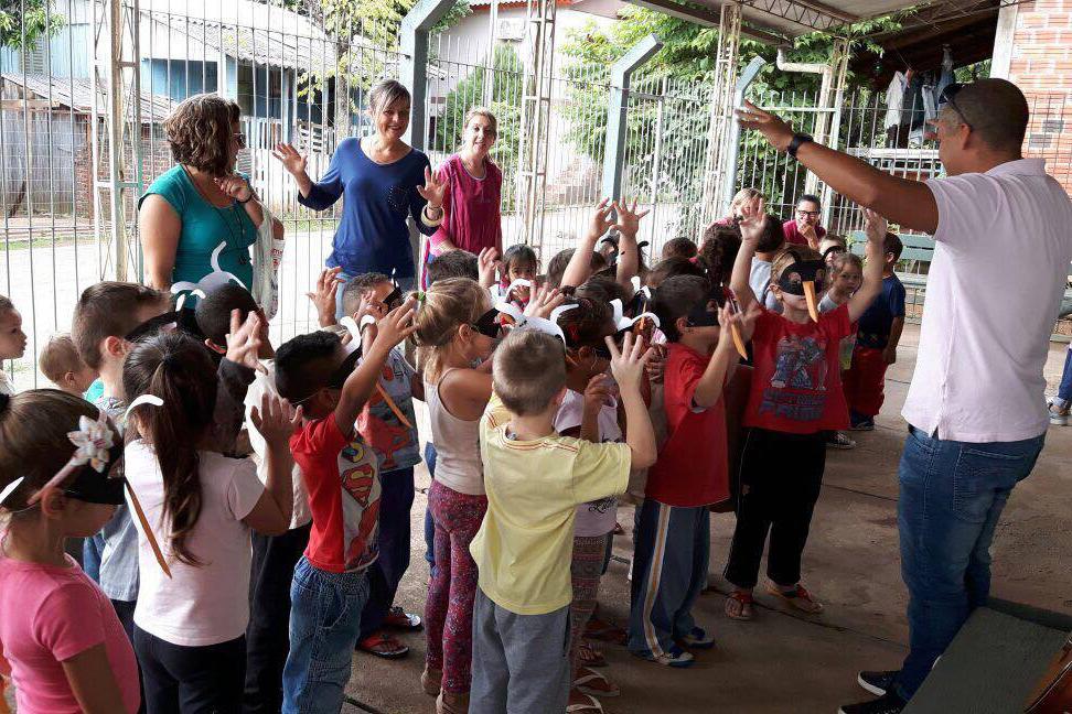 Alunos menores aproveitaram a visita para também realizar algumas dinâmicas de grupo. (Foto: Divulgação)