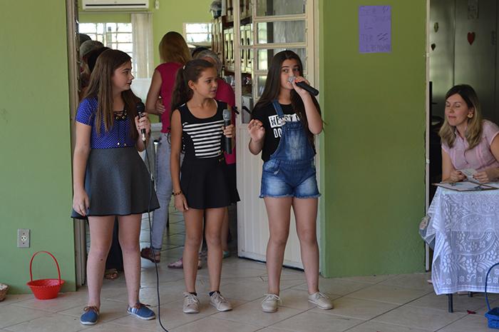 """As alunas Gabriela, Larissa e Elisa encantaram o público cantando """"Ela só quer paz"""". (Foto: Lautenir Azevedo Junior / Divulgação)"""