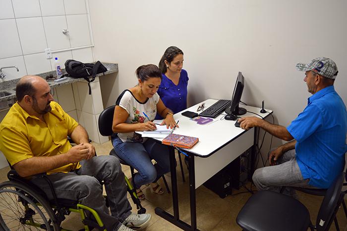 Ciceri (e), e equipe realizam o atendimento a comunidade. (Foto: Lautenir Azevedo Junior / Divulgação)