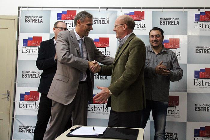 Prefeito Mallmann e Olivar Basso assinam Ordem. (Foto: Rodrigo Angeli/Prefeitura de Estrela)