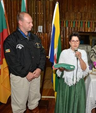 Delci recebeu de Mauricio a Bandeira do RS, o símbolo da pátria gaúcha. (Foto: Fernando Dias / AI CTG Querência da Amizade)