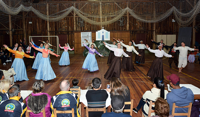 Invernadas artísticas do CTG se apresentaram após a cerimônia. (Foto: Fernando Dias / AI CTG Querência da Amizade)