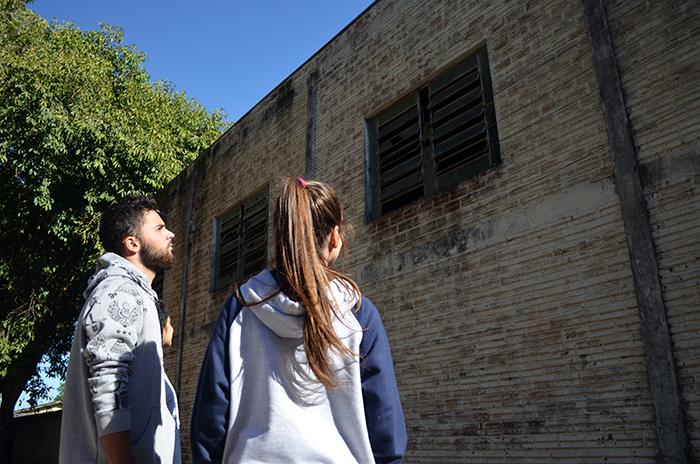 Estudantes olham para o ginásio que está desativado há anos. (Foto: Juliano Beppler / Giro do Vale)