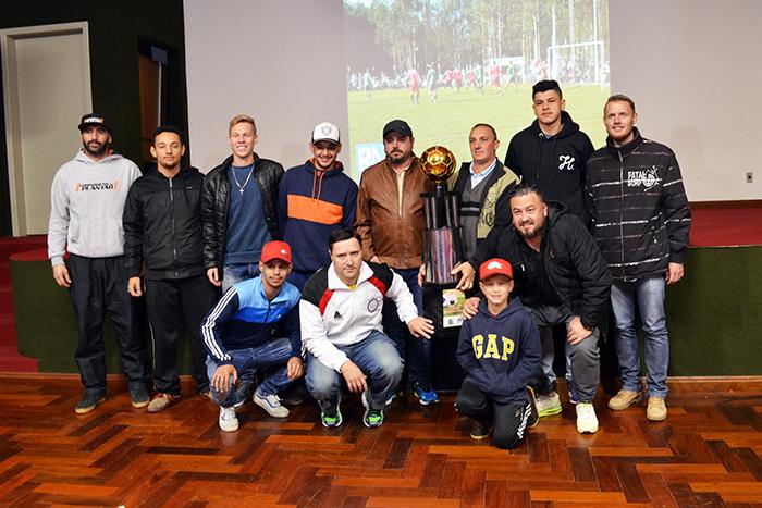 Representantes do Rudibar, que levou a maior parte dos prêmios na noite. (Foto: Juliano Beppler / Giro do Vale)