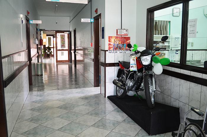 Rifa que inclui uma moto 0 Km como prêmio está sendo vendida, o sorteio ocorre domingo. (Foto: Juliano Beppler / Giro do Vale)