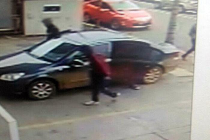 Imagens de vídeo monitoramento mostram a ação dos bandidos. (Foto: Divulgação / BM)